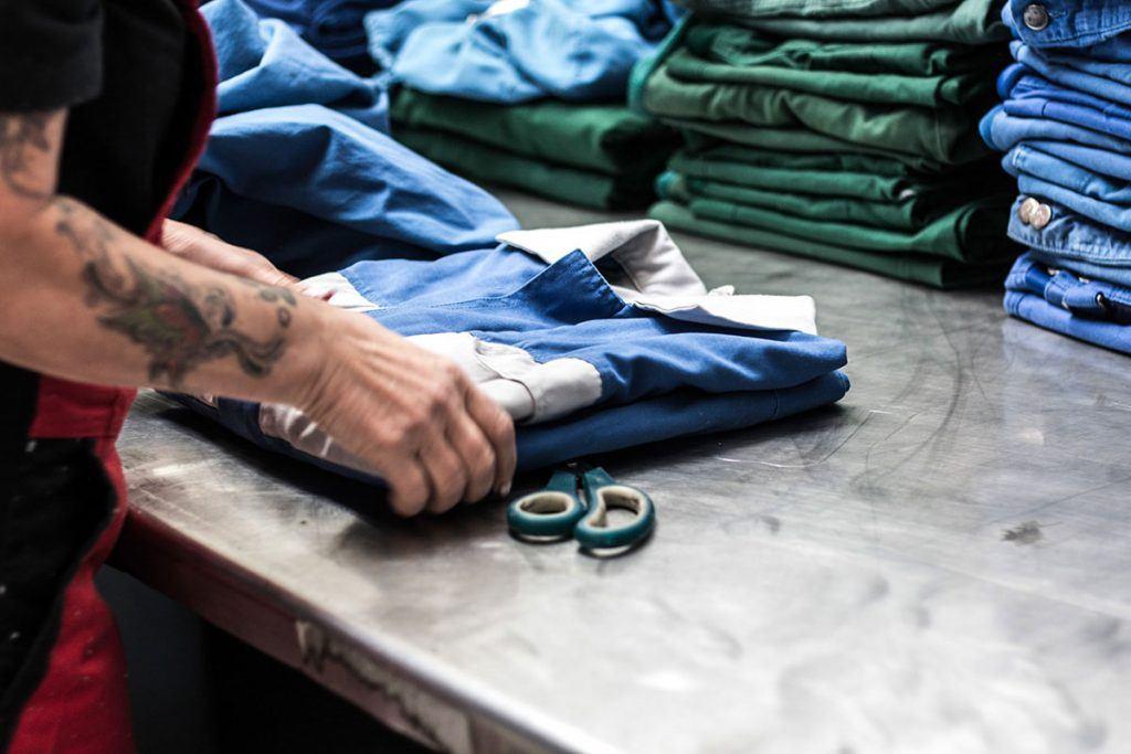 Berufsbekleidung wird gefaltet